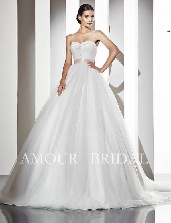 Свадебное платье в пол с пышной юбкой
