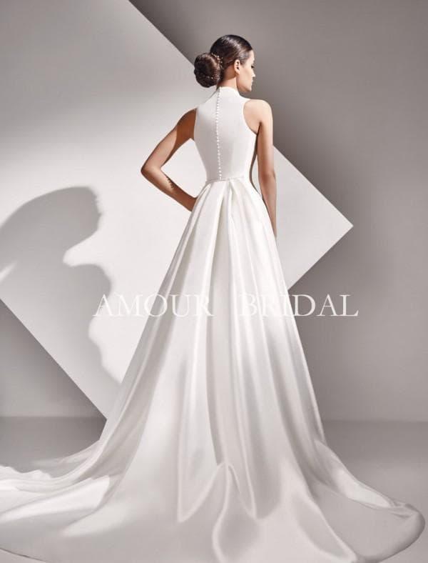 Свадебное платье белого цвета со шлейфом