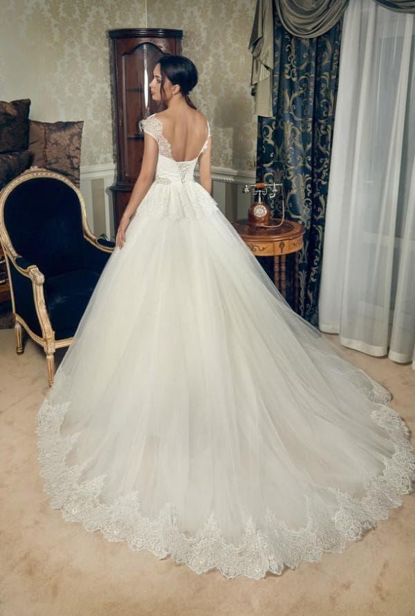 Пышное свадебное платье со шлейфом и баской