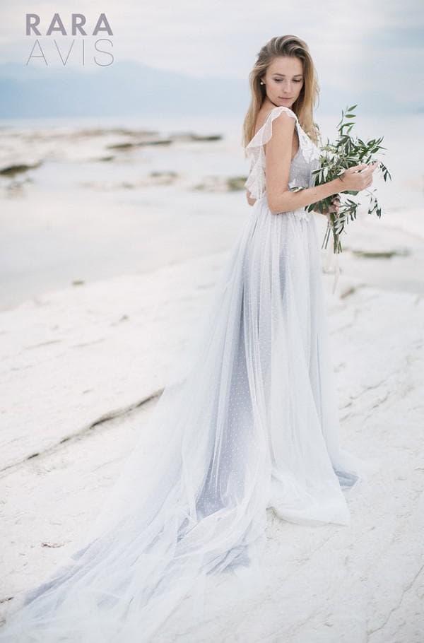 Длинное свадебное платье со шлейфом