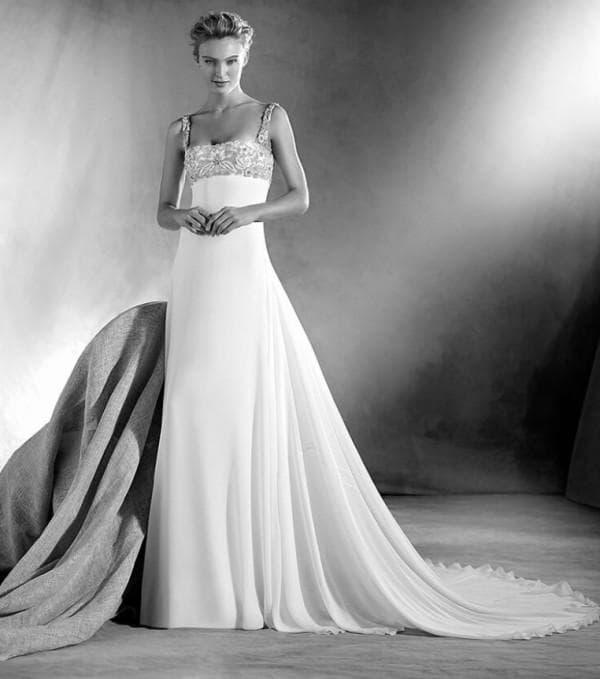 Прямое свадебное платье с кружевным лифом