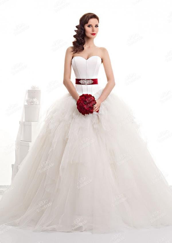 Пышное свадебное платье с красным поясом