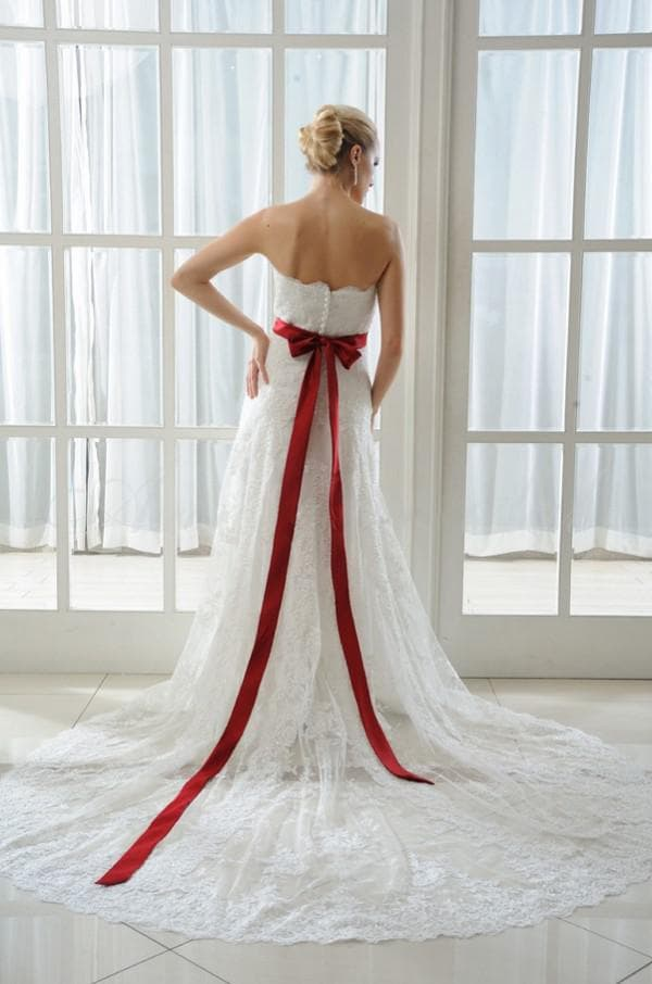 Красный бант на поясе свадебного платья