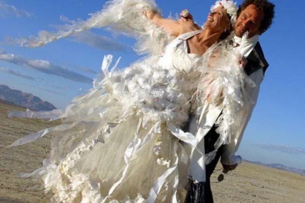 Свадебное платье из прозрачных целлофановых пакетов и бумаги