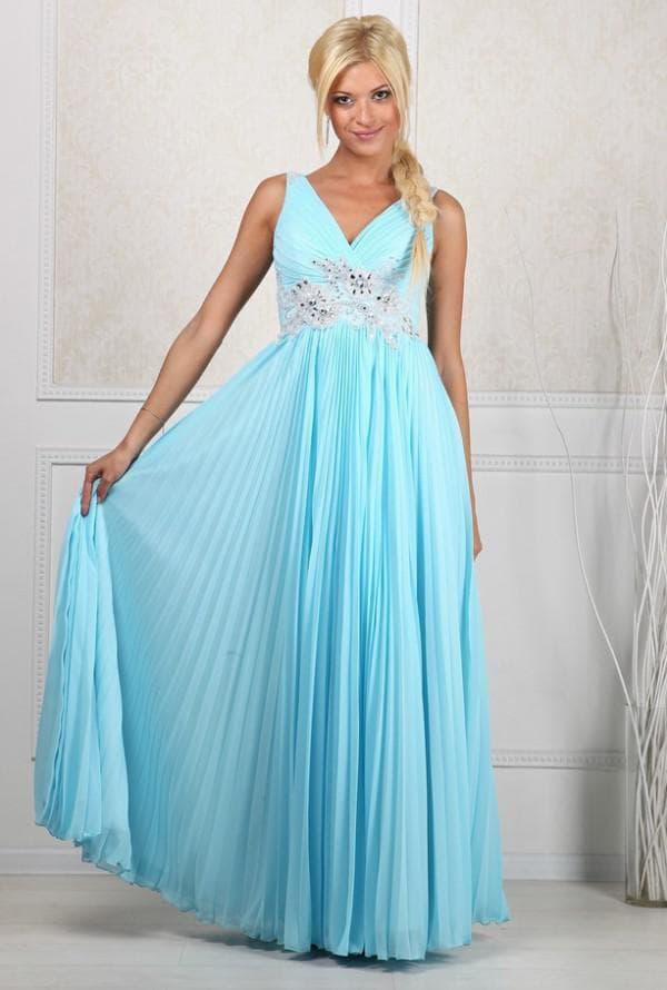 Голубое длинное платье для беременной женщины