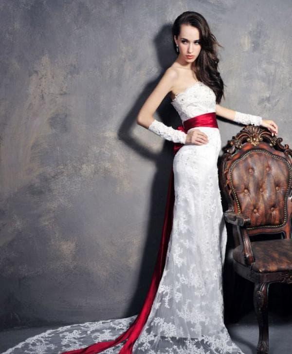 Кружевное свадебное платье с красным поясом