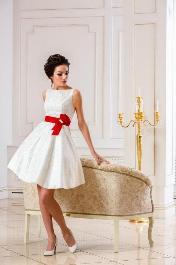 Свадебное платье мини с красным бантом