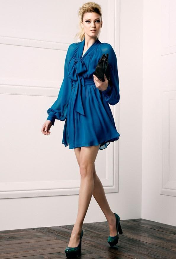 Модные туфли и синее платье