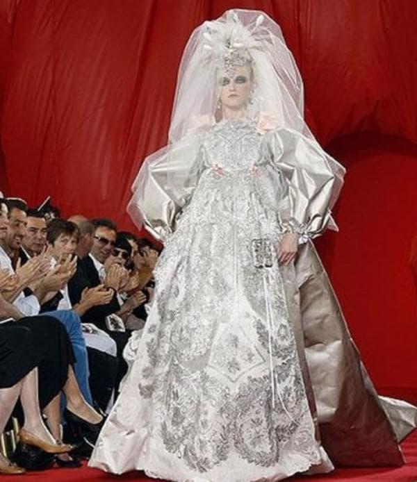 Смешное слишком объемное свадебное платье