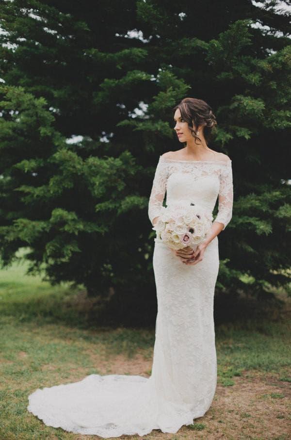 Кружевное свадебное платье с длинными рукавами и открытыми плечами