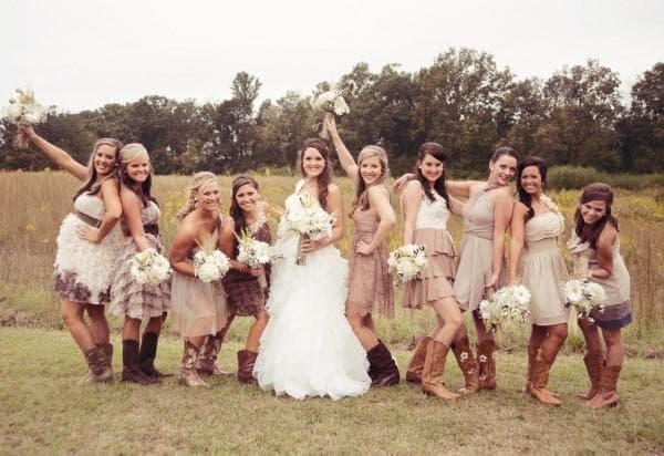 Платья подружек невесты на церемониии в стиле рустик
