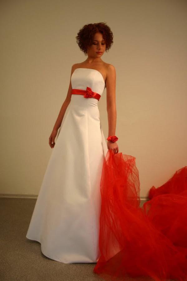 Свадебное платье с красной фатой и поясом