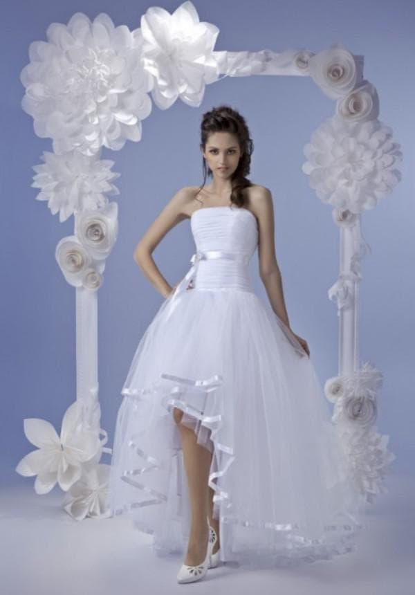 Демократичное платье невесты короткое спереди длинное сзади