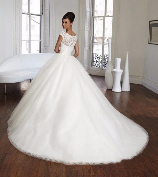 Свадебное платье с кружевным лифом и шлейфом