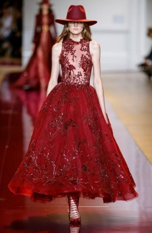 Красное кружевное платье миди