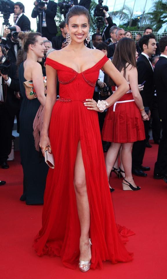Красное платье в пол с разрезом на ноге