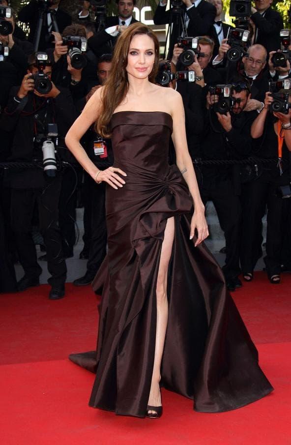 Красивое черное платье с разрезом на бедре