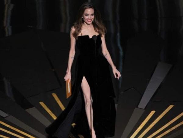 Черное платье с разрезом на ноге Анджелины Джоли