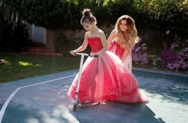 Вечерние одинаковые пышные платья для мамы и дочки