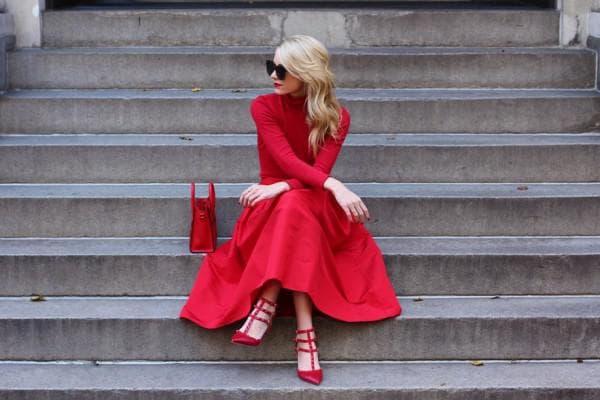 Красное платье с красными аксессуарами