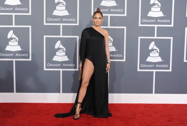 Дженифер Лопес в платье с разрезом на бедре