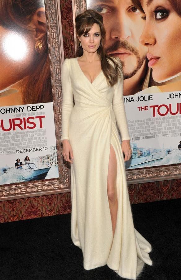 Белое платье из ангоры с разрезом на ноге