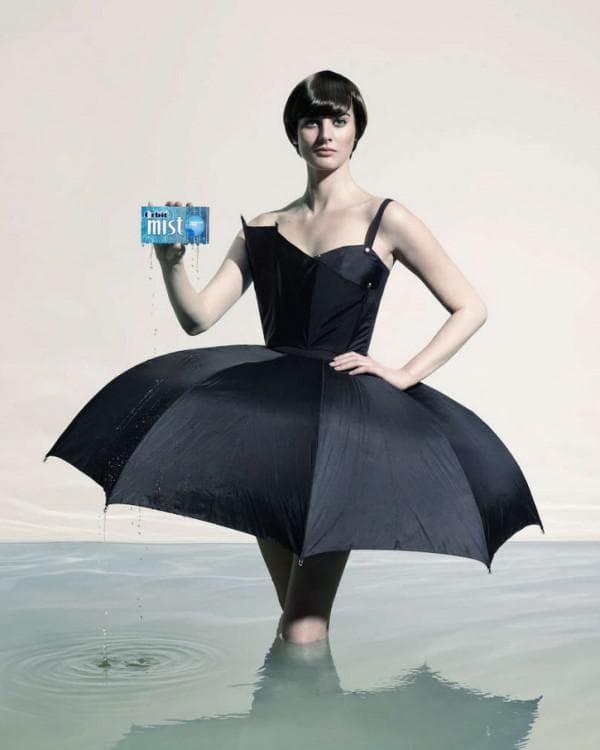 Платье из чёрных зонтов