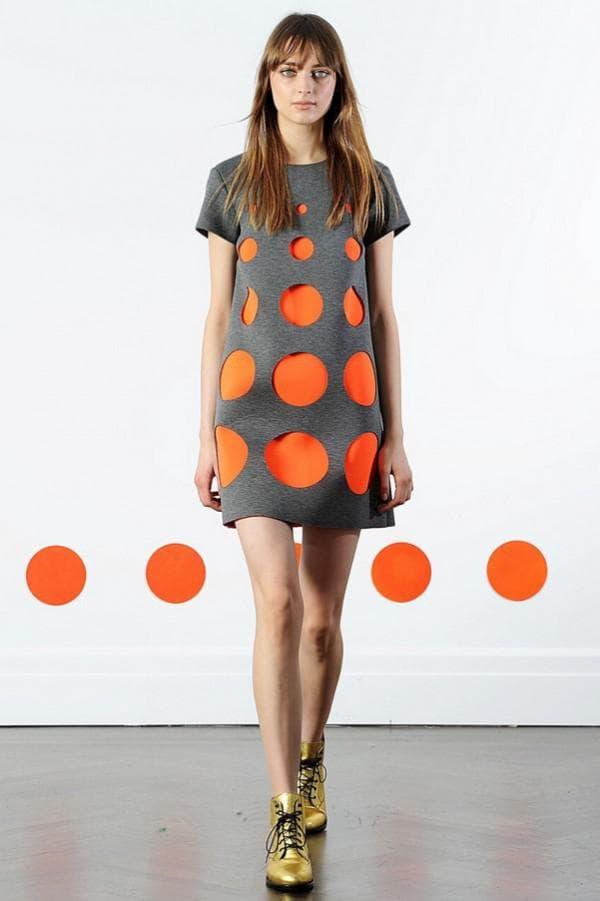 Коротко платье в оранжевый кружок