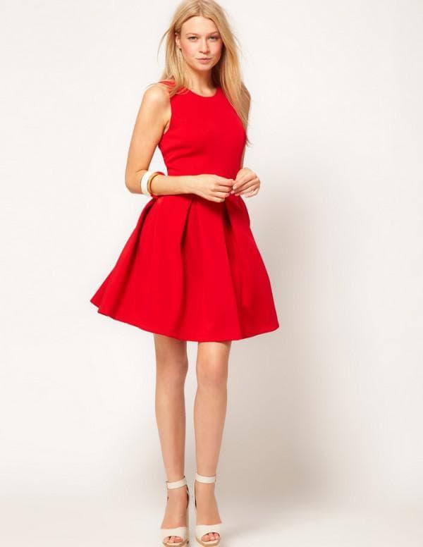 Красное плаье и белые босоножки