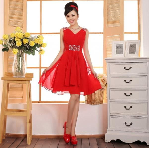 Красное платье миди с красными туфлями