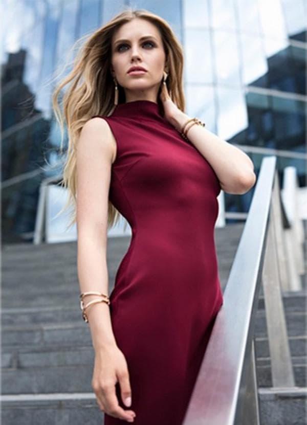 Платье без рукавов цвета марсала