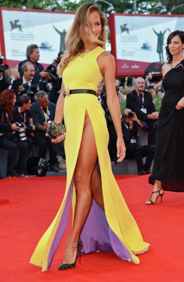 Желтое платье в пол с разрезом на ноге