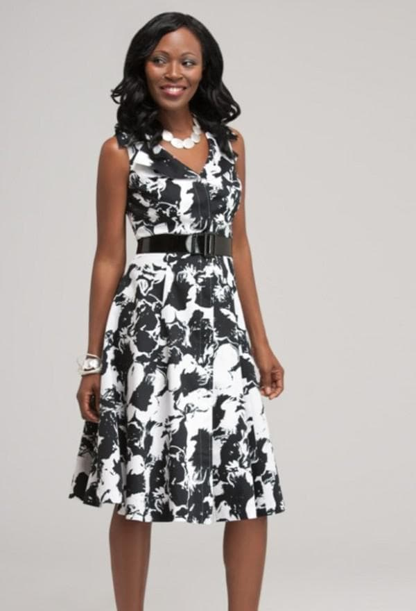 Черно-белое офисное платье для женщины после 40 лет