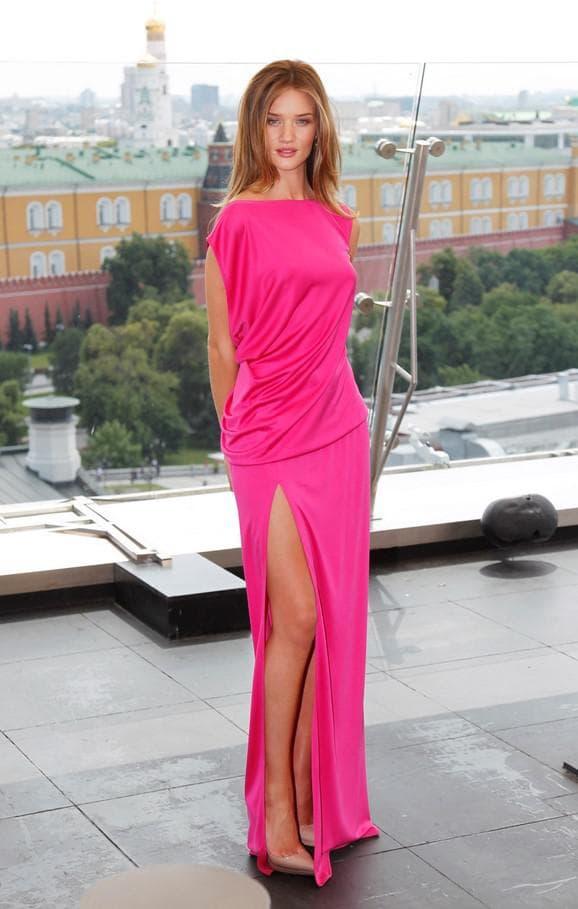ПРозовое платье с разрезом на ноге