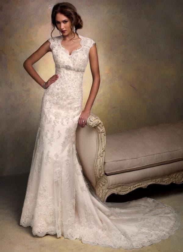 Роскошное кружево в прямом свадебном платье