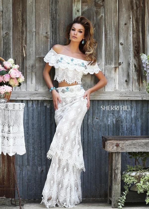 Белое раздельное платье с воланами на плечах и юбке