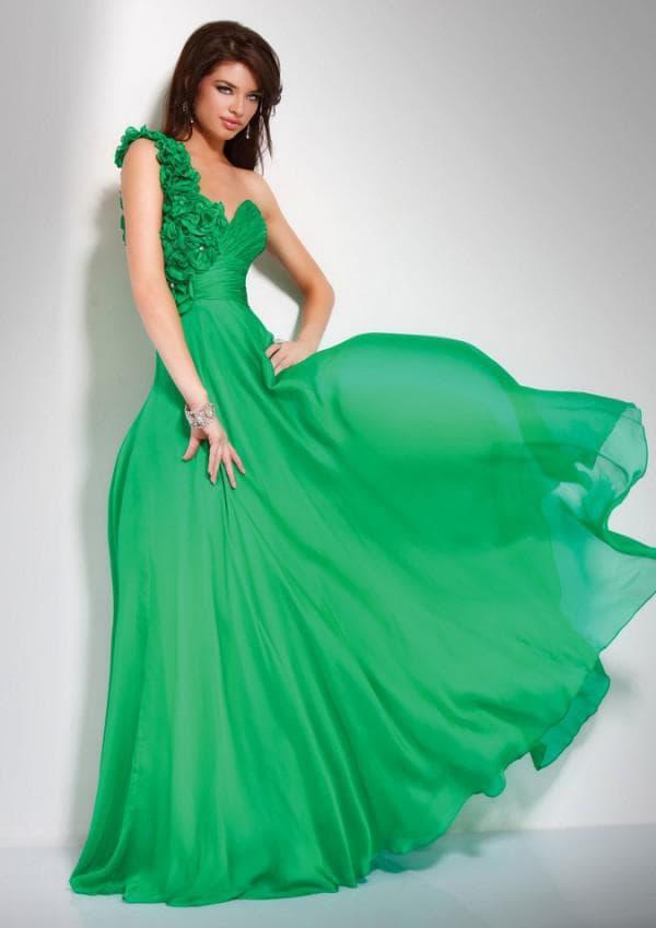 Зелнеое вечернее платье в пол с одной бретелькой