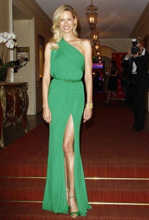 Зеленое платье в пол с разрезом на ноге