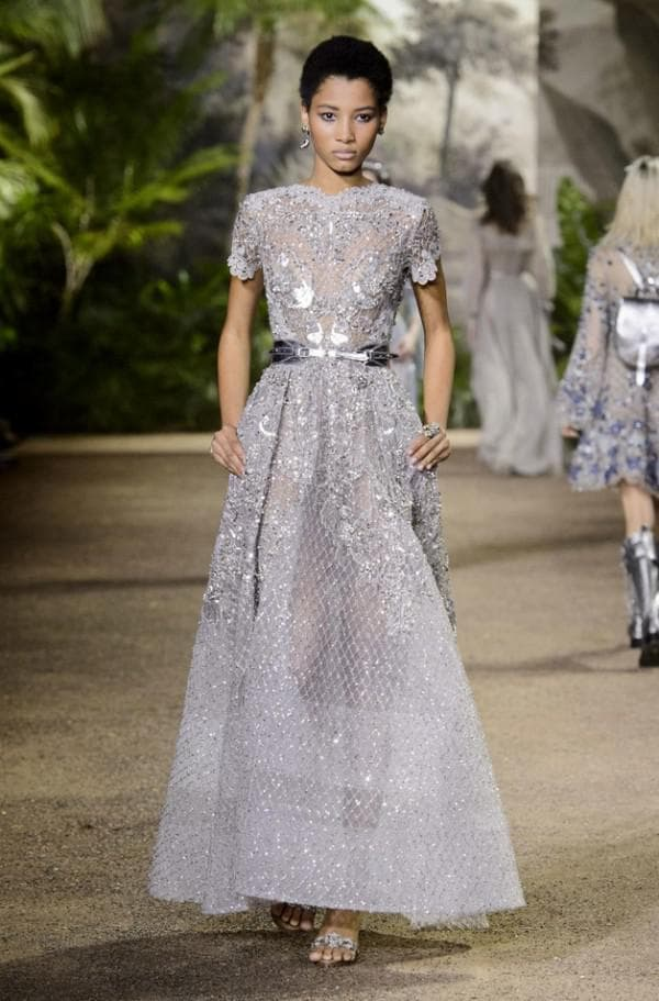 Длинное вечернее платье серебристого цвета