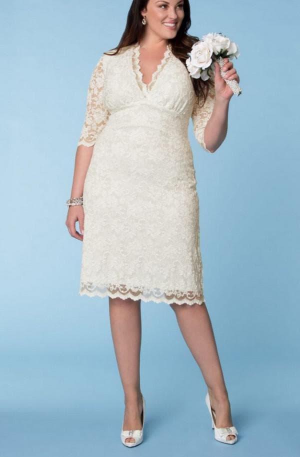 Короткое кружевное платье невесты для полных
