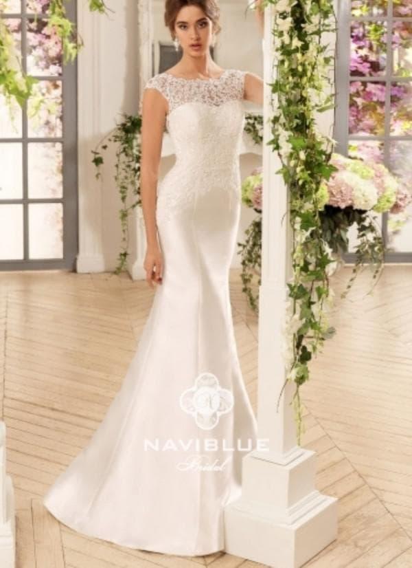Атласное платье невесты с кружевом