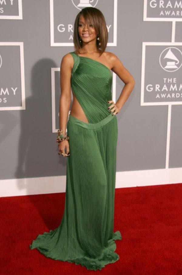 Знаменитость в длинном зеленом платье