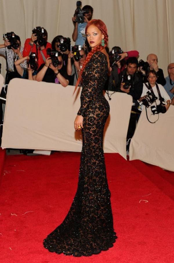 Рианна в кружевное длинном платье