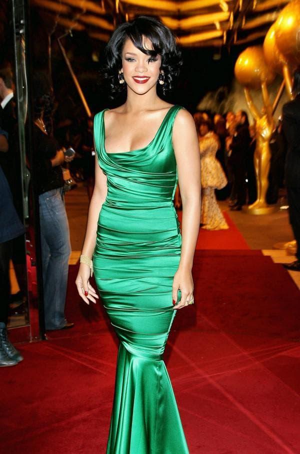 Знаменитость в атласном зеленом платье