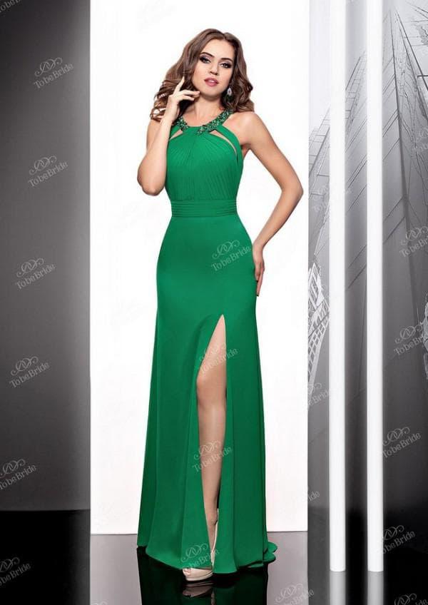 Вечернее платье изумрудного цвета с разрезом на ногу