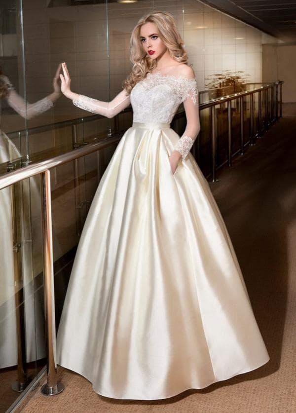 Роскошное атласное свадебное платье с пышной юбкой