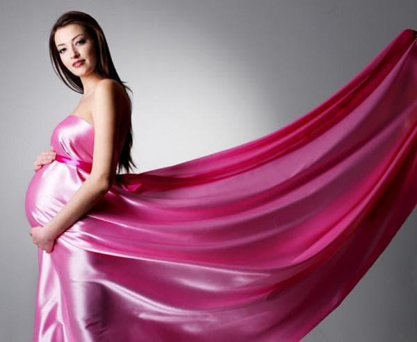Розовое атласное платье для беременной