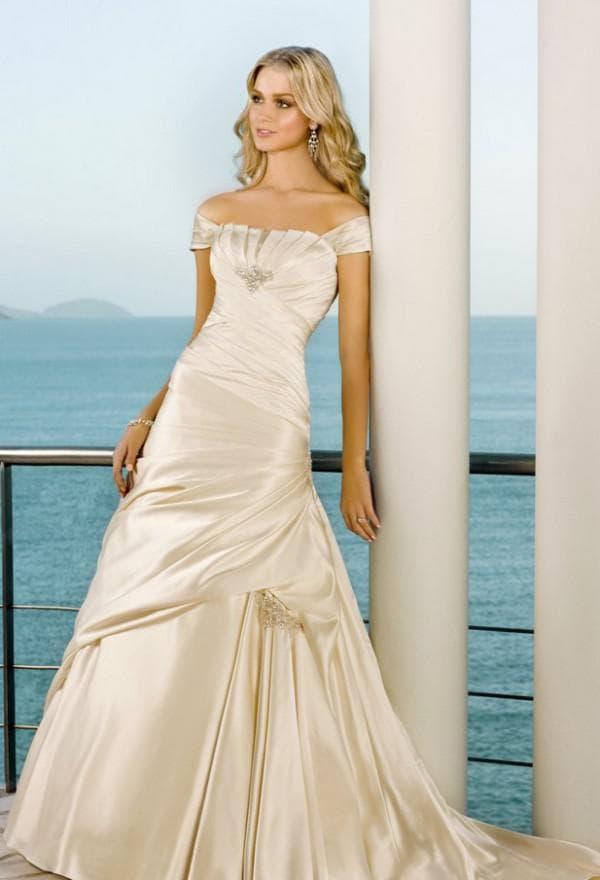 Атласное свадебное платье цвета айвори
