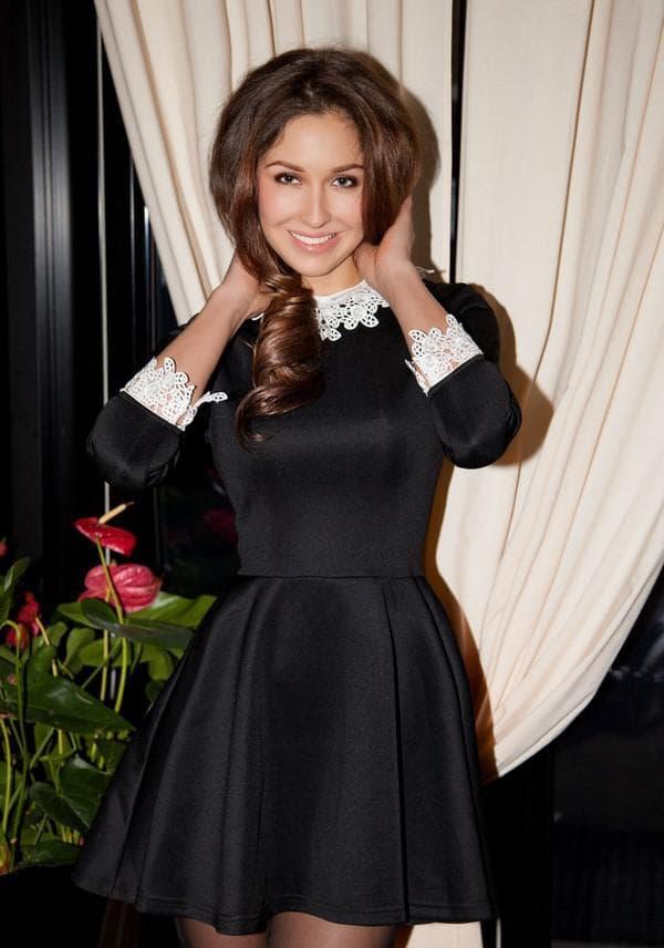 Коктейльное черное платье с белым воротником
