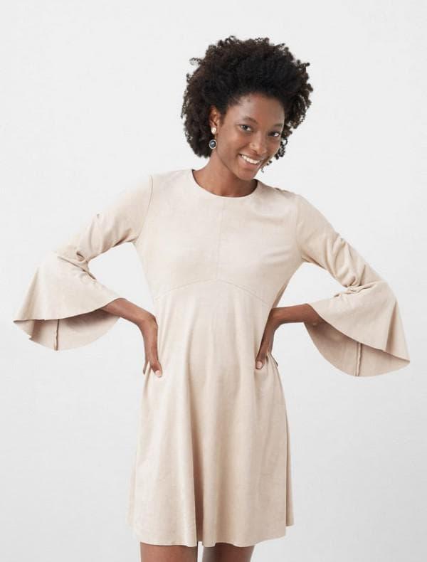Бежевое платье с расклешенными рукавами